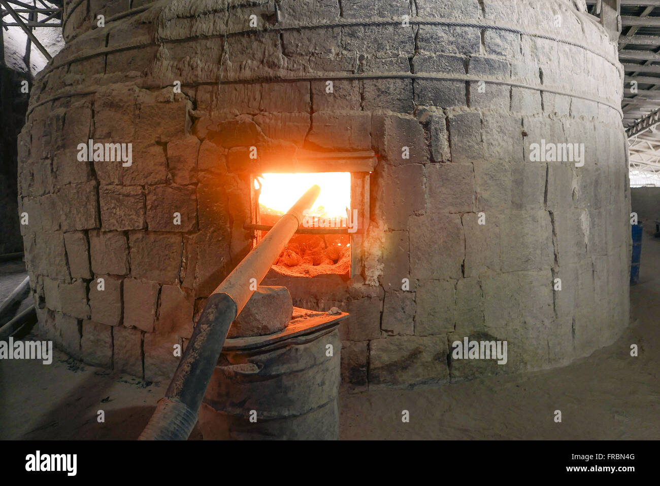Fábrica de cal com detalhe do forno para queima do produto - Stock Image