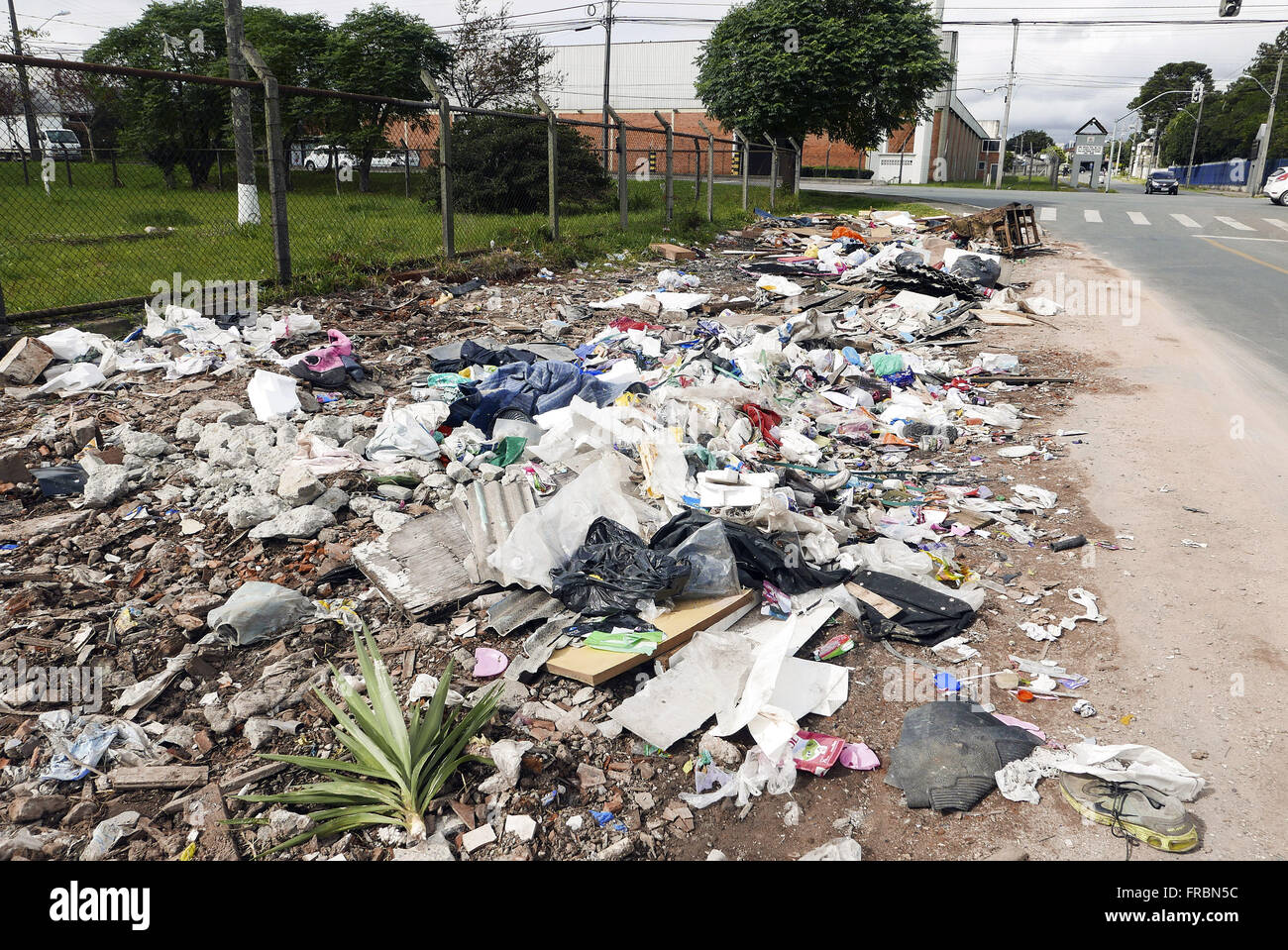 Lixo despejado na Rua Engenheiro Ariel Villar Tacla no bairro Cidade Industrial - Stock Image