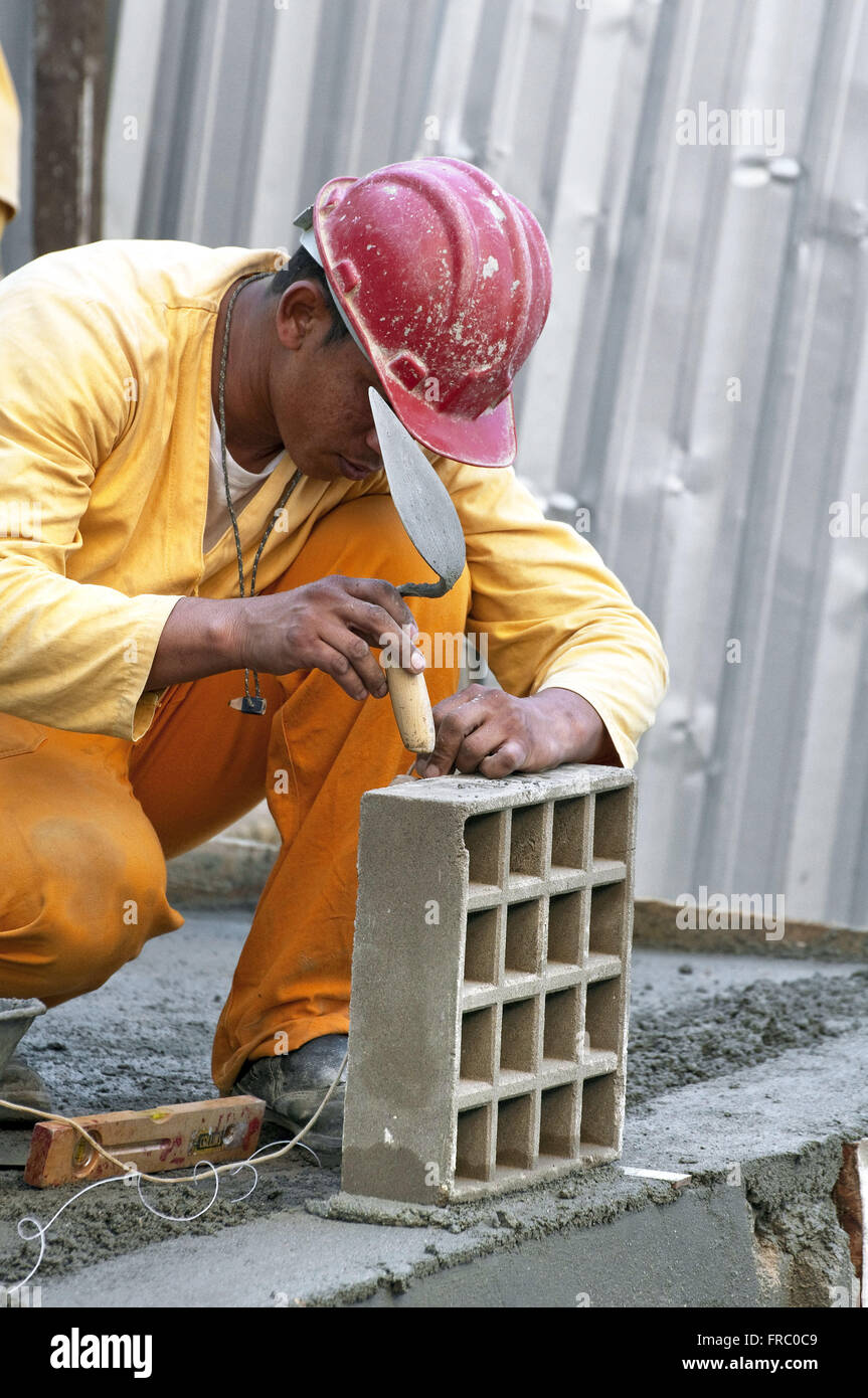 Laborer working in Housing Complex Condominium Itaoca - Stock Image