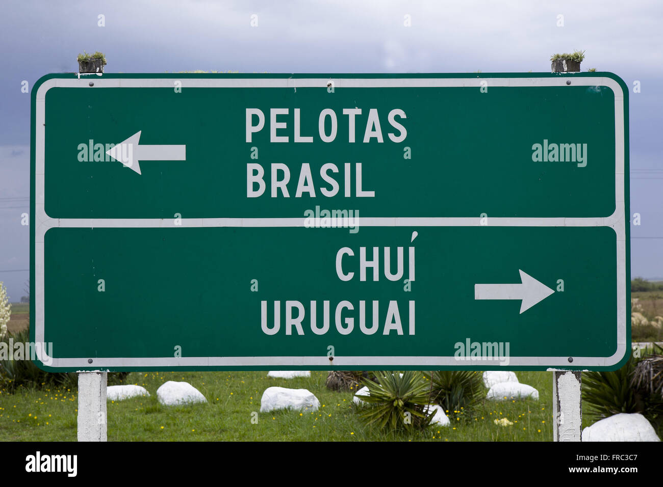 Plate indicating the border between Brazil and Uruguay - Stock Image