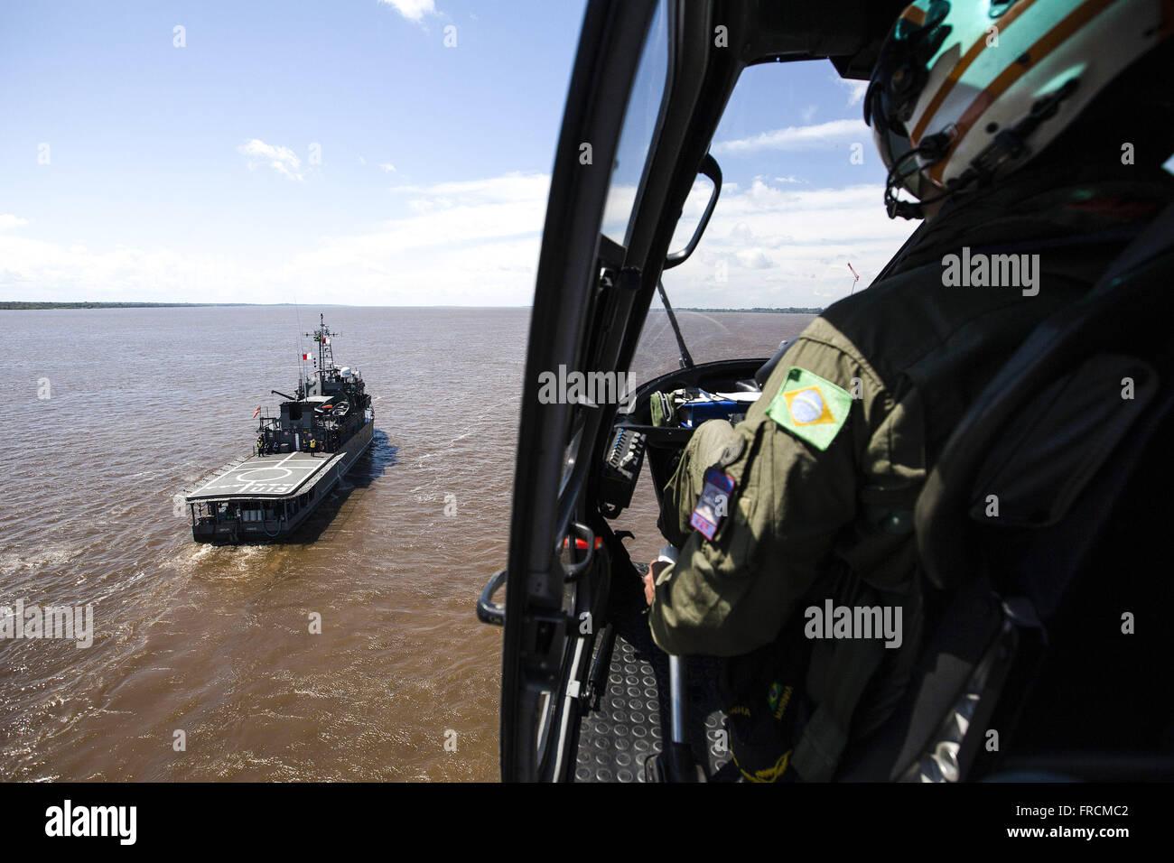 Helicóptero Esquilo da Marinha do Brasil sobrevoando o Rio Amazonas - Stock Image