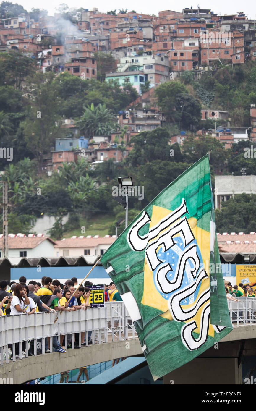 Supporters of Brazil with flag written with Jesus in the Maracana Station Morro da Mangueira Incidental - Stock Image
