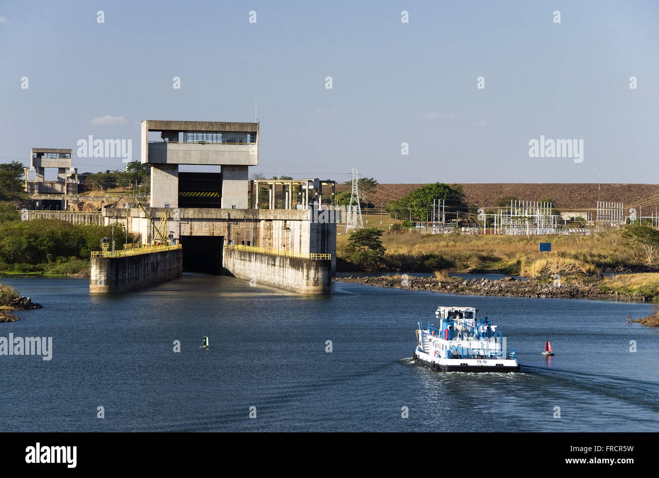 Tug entering the sluice dam hydroelectric plant in New Avanhandava - Stock Image