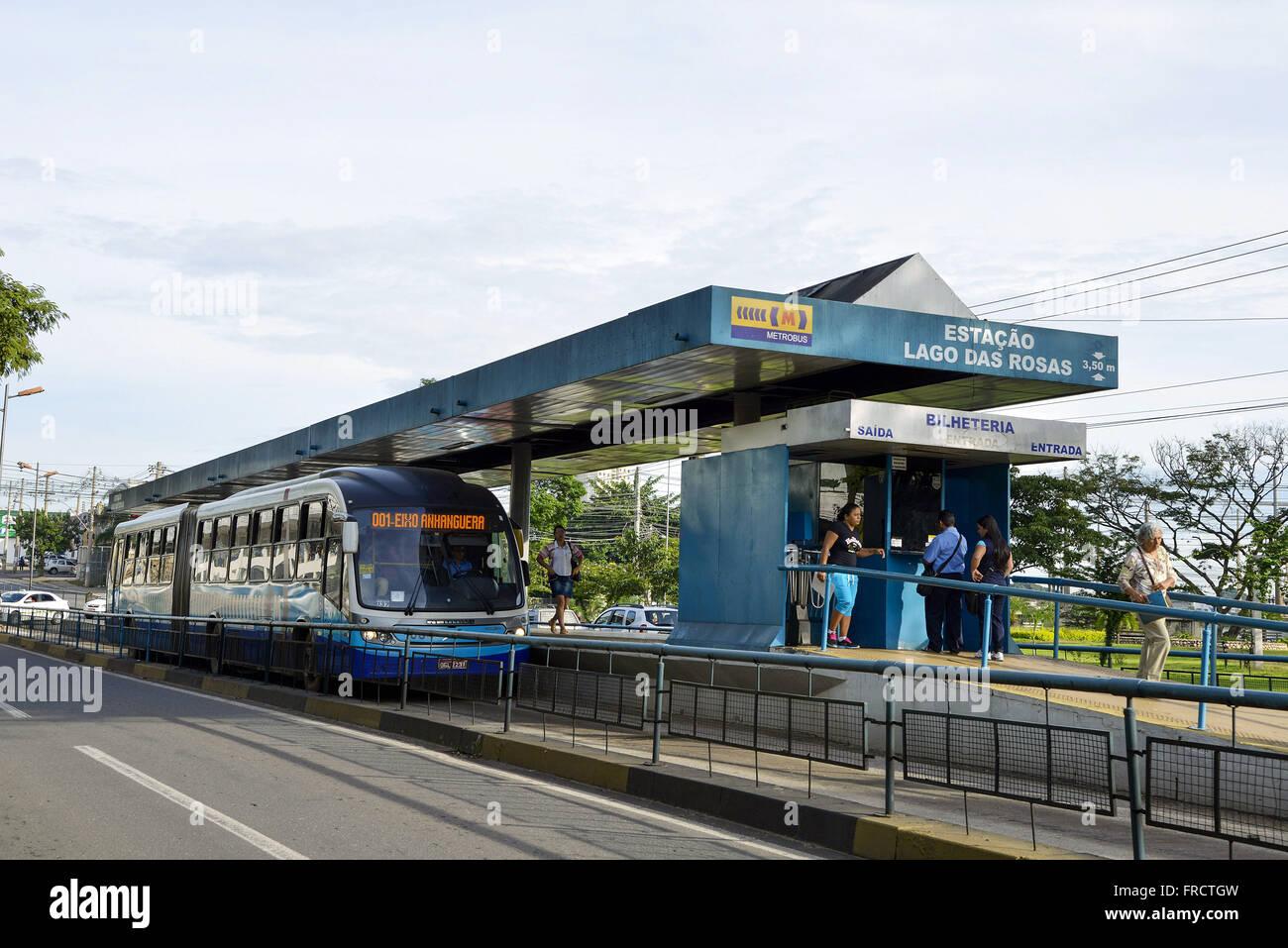 Transporte coletivo conhecido como metrobus na Estação Lago das Rosas no centro da cidade - Stock Image