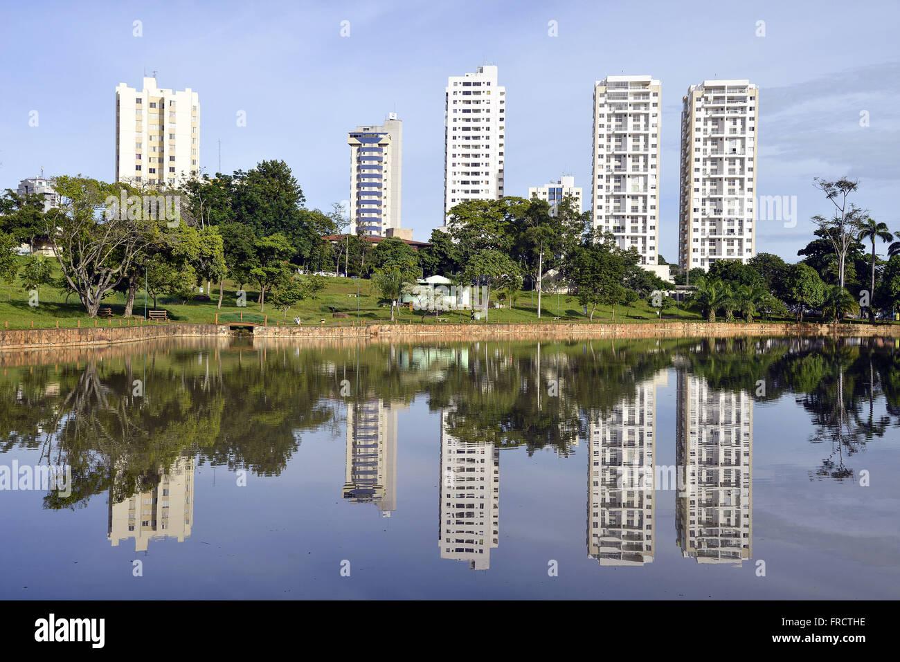Parque Lago das Rosas e prédios no centro da cidade - Stock Image