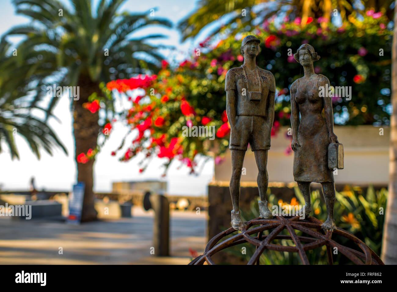 PUERTO DE LA CRUZ, TENERIFE island, SPAIN - DECEMBER 16, 2015: Small sculpture of two young couple travelers in - Stock Image