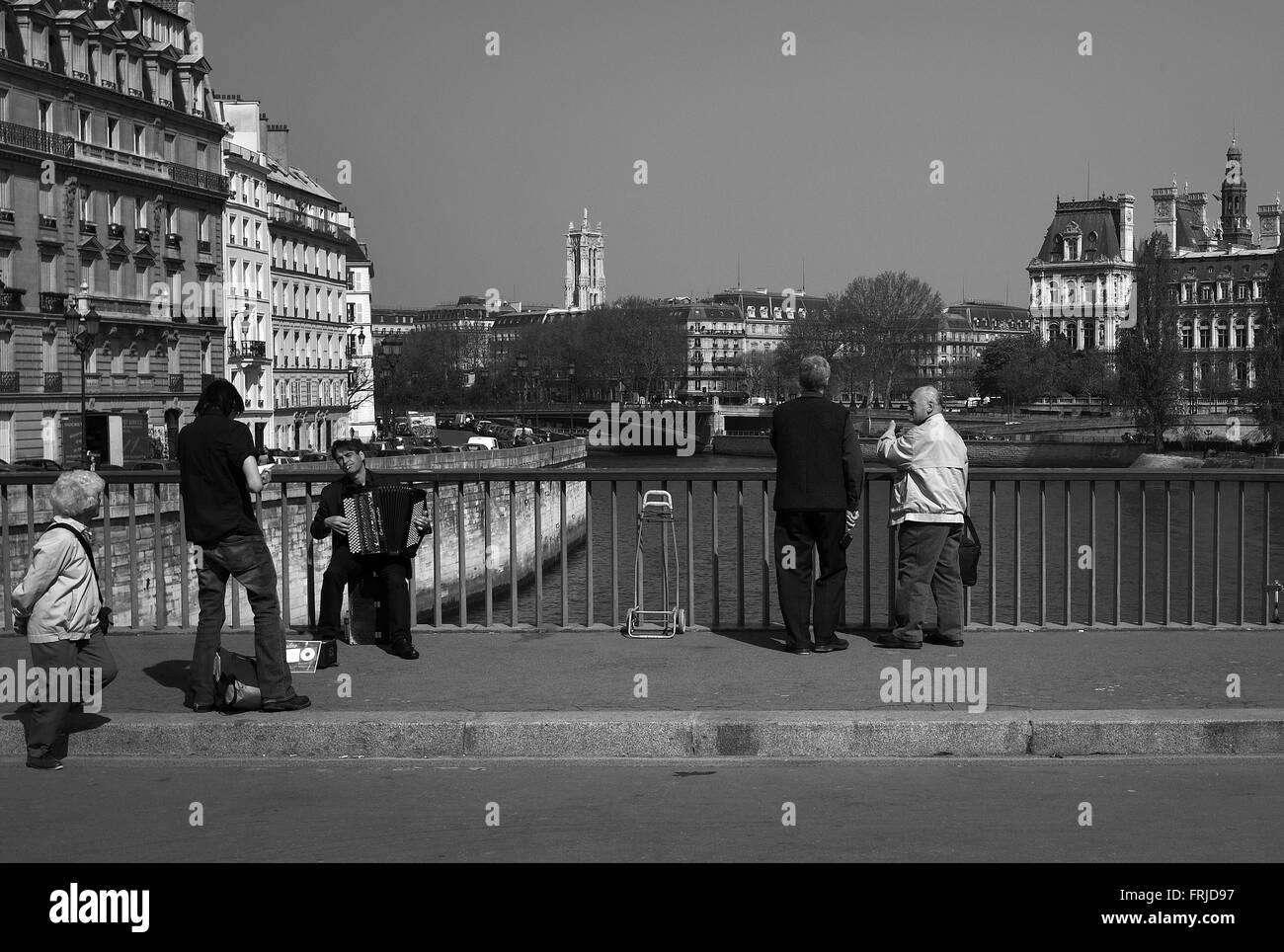 Accordion player, pont saint-louis, Paris - Stock Image