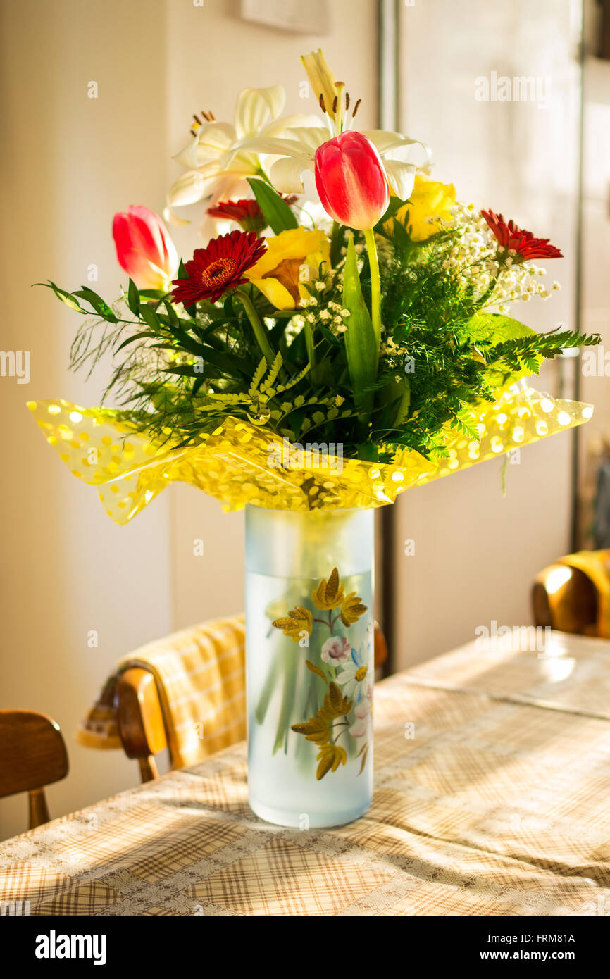 Flower bouquet with vase against blurry background - Stock Image