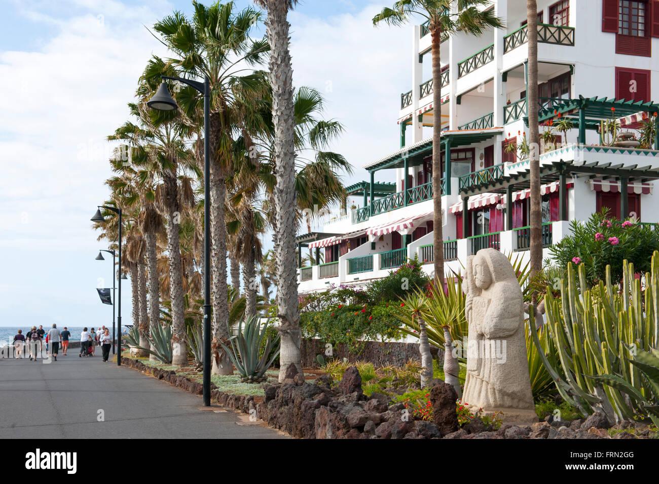 Spanien, Teneriffa, Playa de las Americas, Strandpromenade und Apartments Parque Santiago IV an der Avenida de Rafael - Stock Image