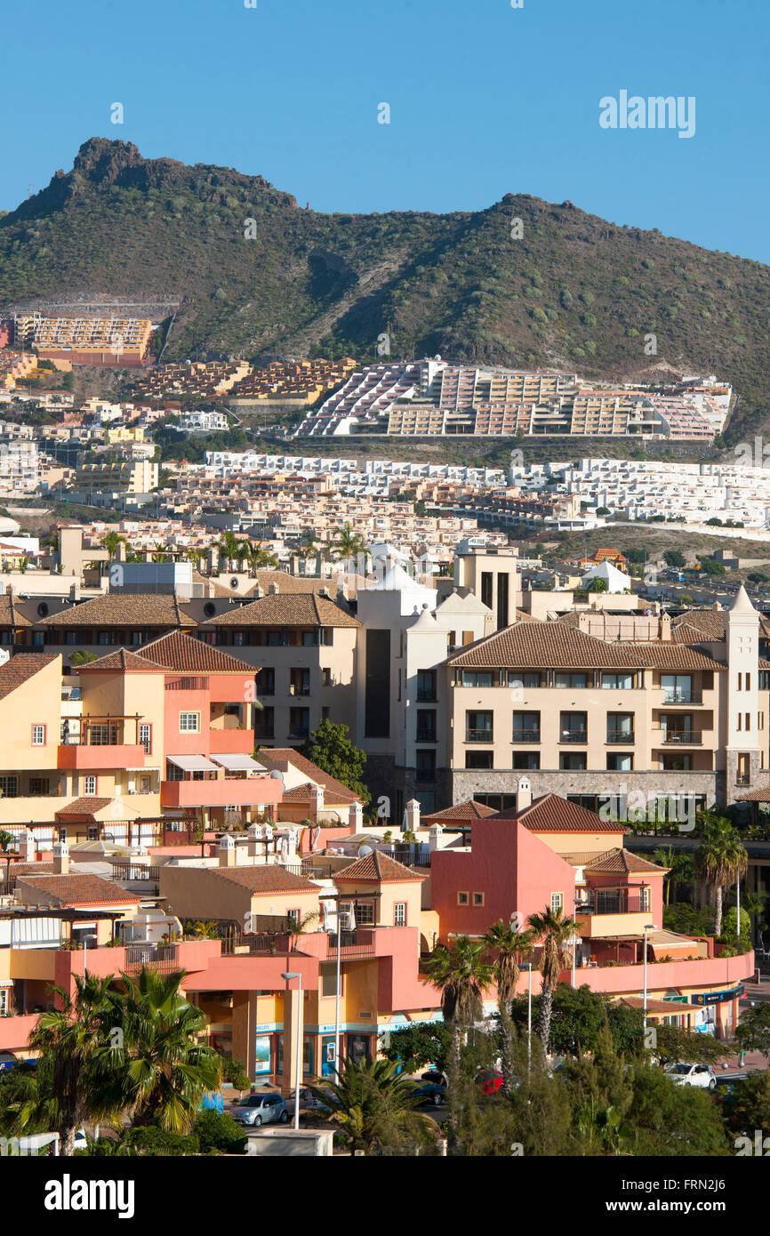 Spanien, Teneriffa, Playa de las Americas Siedlung Terreno Roque del Conde am Berghang - Stock Image