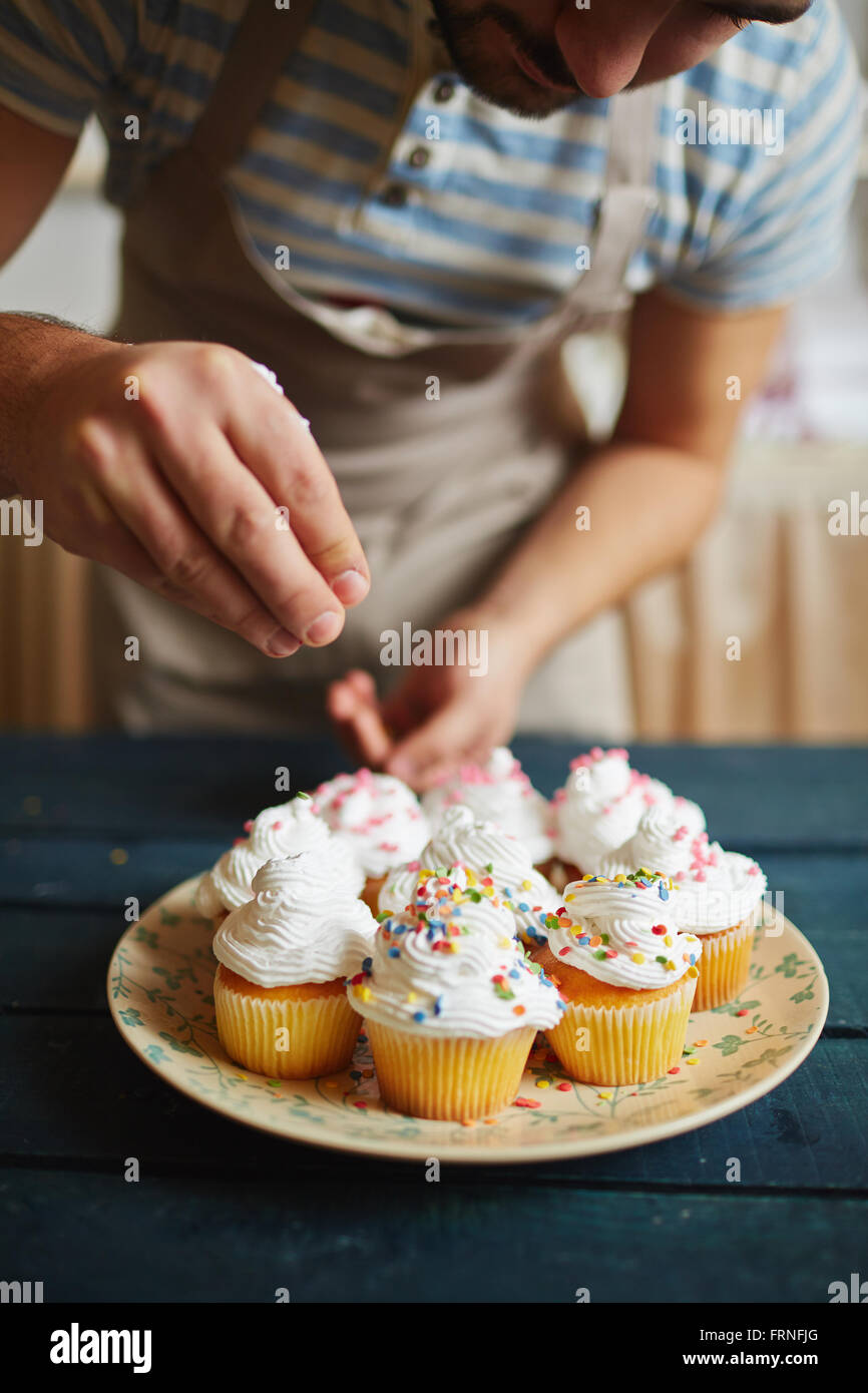 Decorating with sprinkles - Stock Image
