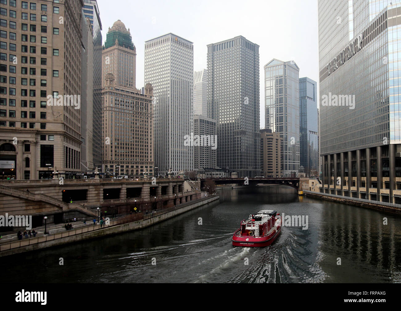 A boat sails up the Chicago River as seen from the DuSable Bridge on Michigan Avenue in Chicago, Illinois, USA - Stock Image