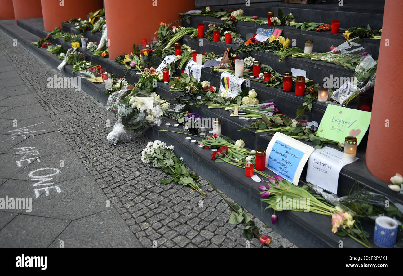 Berlin, Germany. 23rd Mar, 2016. Flowers and messages of condolence laid outside the Belgian embassy in Berlin, - Stock Image