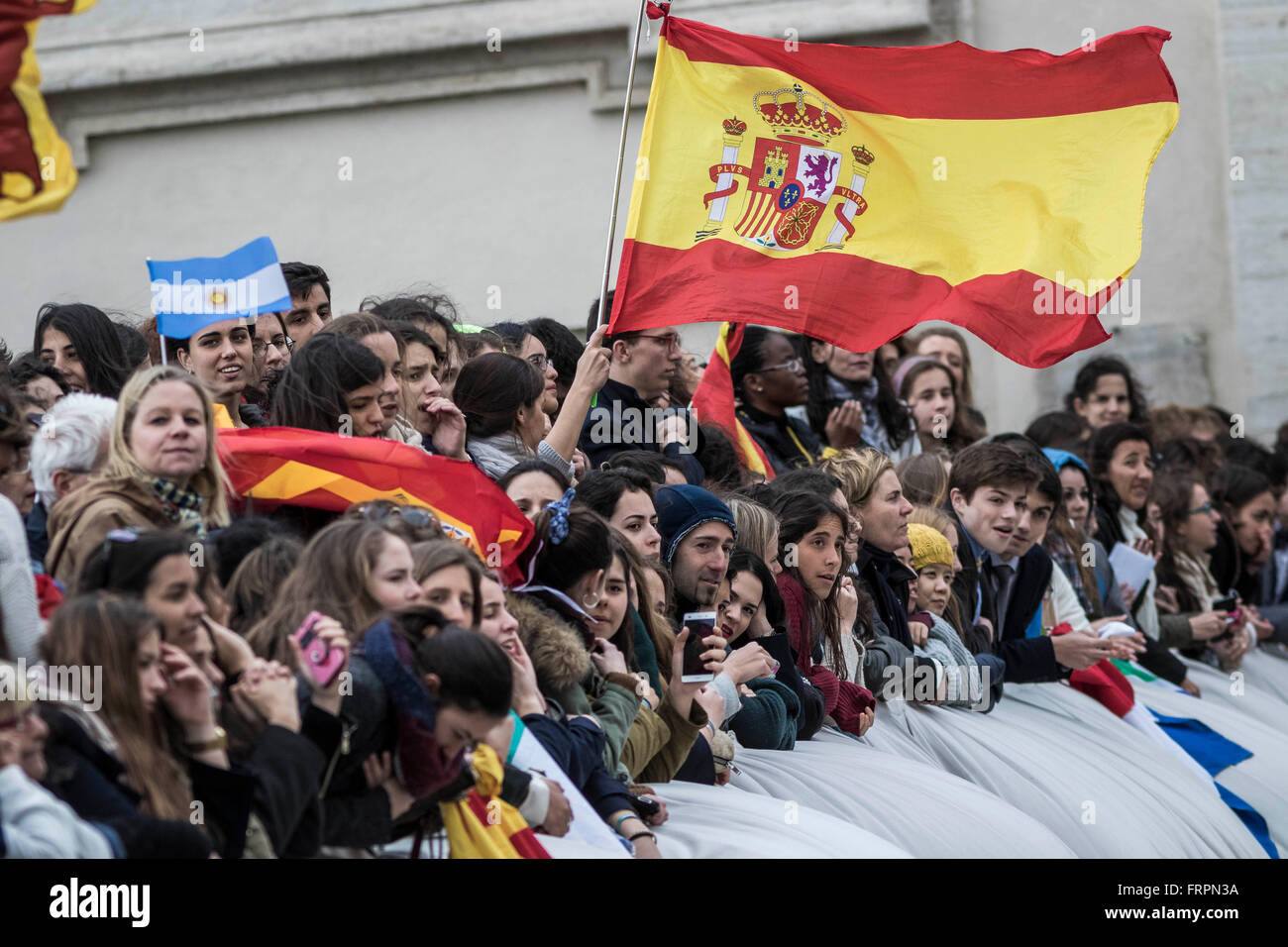 Vatican City, Vatican. 23rd Mar, 2016. Spanish pilgrims wave a flag and shout slogans during a Weekly General Audience - Stock Image