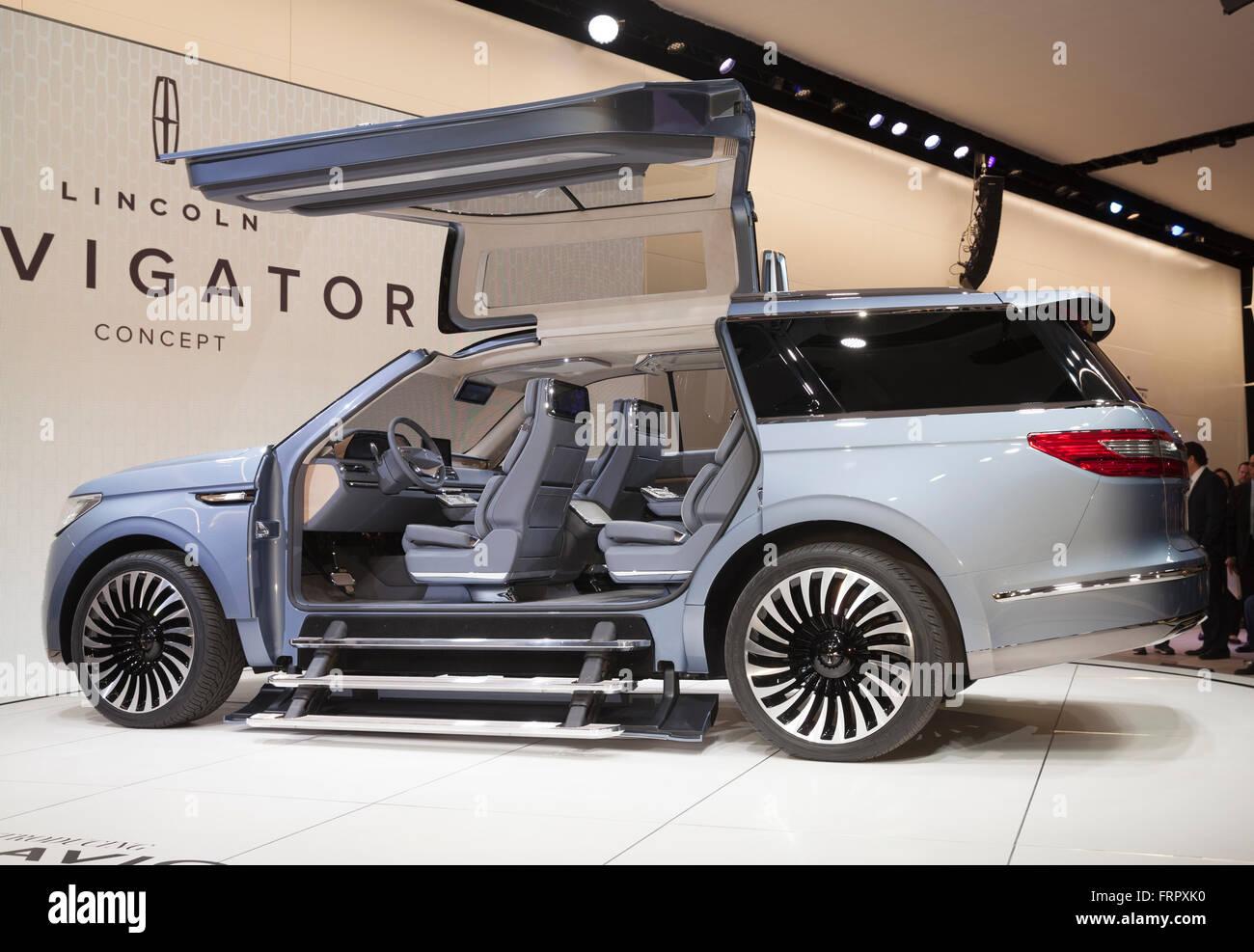 https://c8.alamy.com/comp/FRPXK0/new-york-usa-23rd-march-2016-lincoln-navigator-concept-car-on-display-FRPXK0.jpg