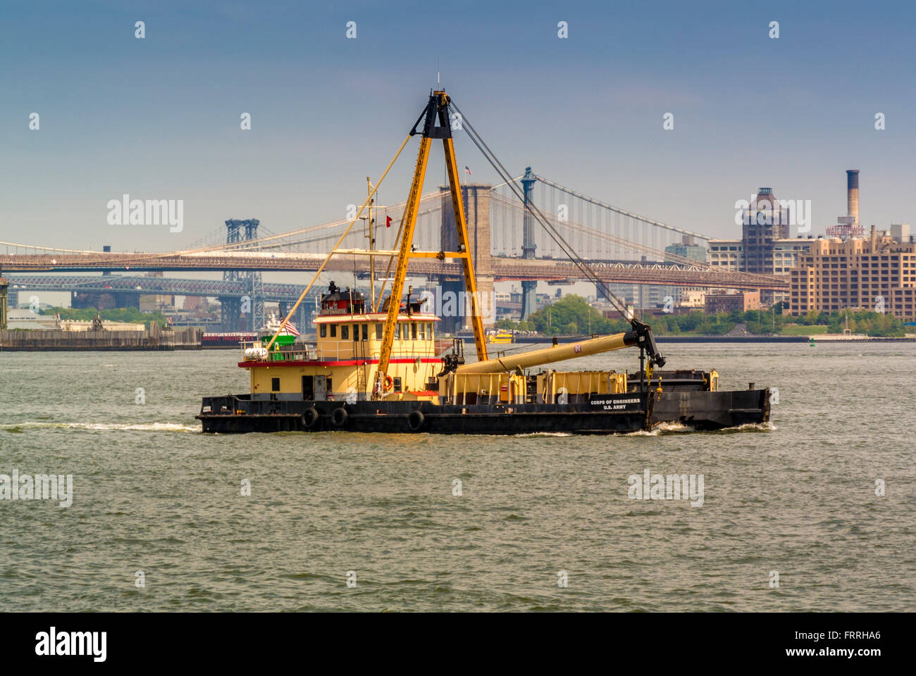 U.S. Army Corps of Engineers work boat on the East River with Brooklyn Bridge in background, New York, USA. - Stock Image