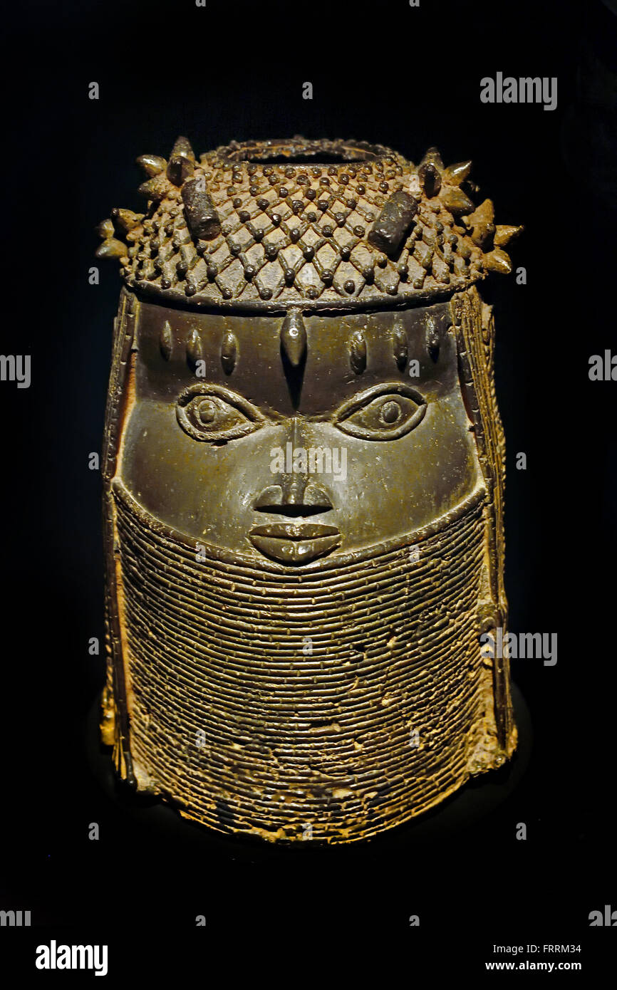 Head of a King ( Oba ) with three tattoos above the eyes and a hat and collar of red coral. The opening at the top - Stock Image