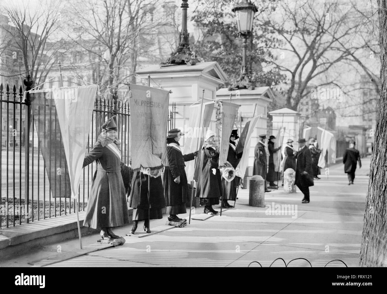 Suffragettes protesting outside the White House, Washington DC, USA.,c.1915-1920 - Stock Image