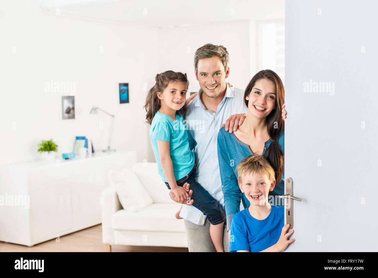 Family standing at front door to invite people at home  sc 1 st  Alamy & Family standing at front door to invite people at home Stock Photo ...