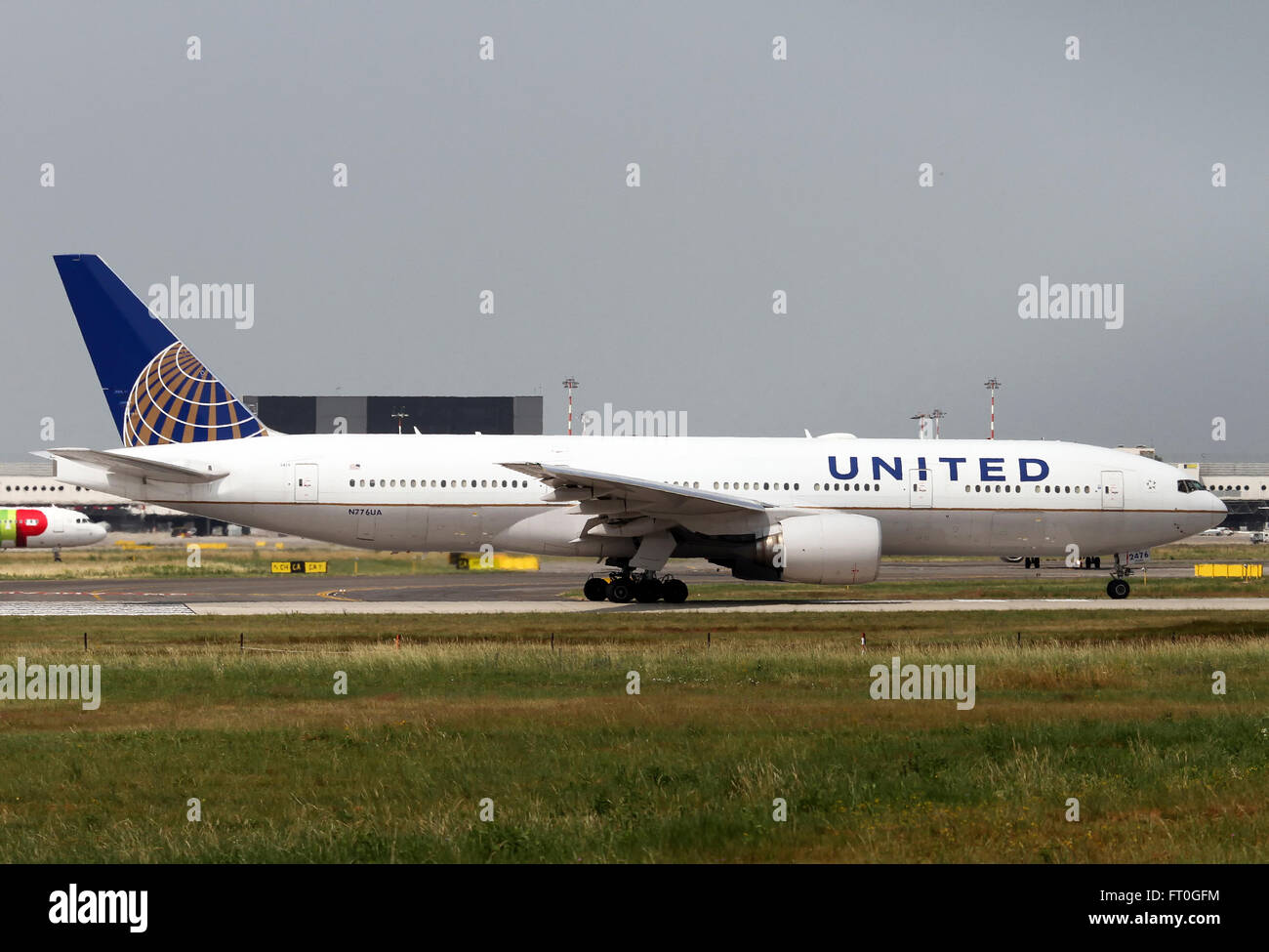 N776UA United Airlines Boeing 777-222 at Milan - Malpensa - Stock Image