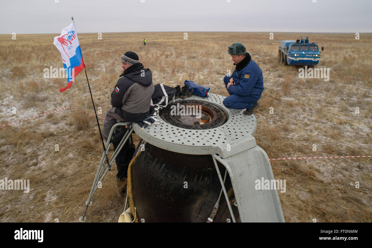 Russian Search and Rescue teams work on top of the Soyuz TMA-18M spacecraft after Expedition 46 Commander Scott - Stock Image