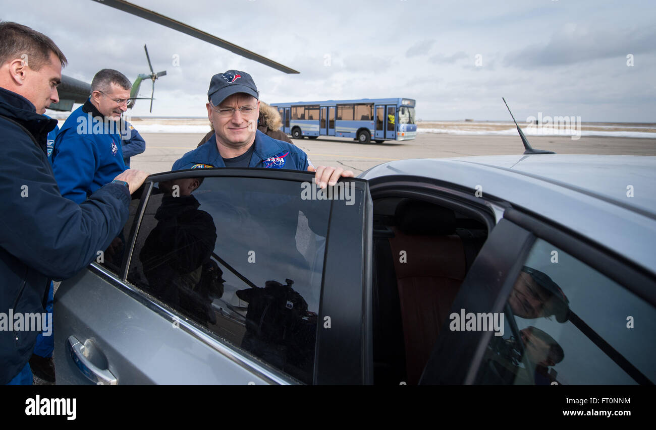 Expedition 46 Commander Scott Kelly of NASA exits a helicopter and gets into a car at the Zhezkazgan Airport after - Stock Image