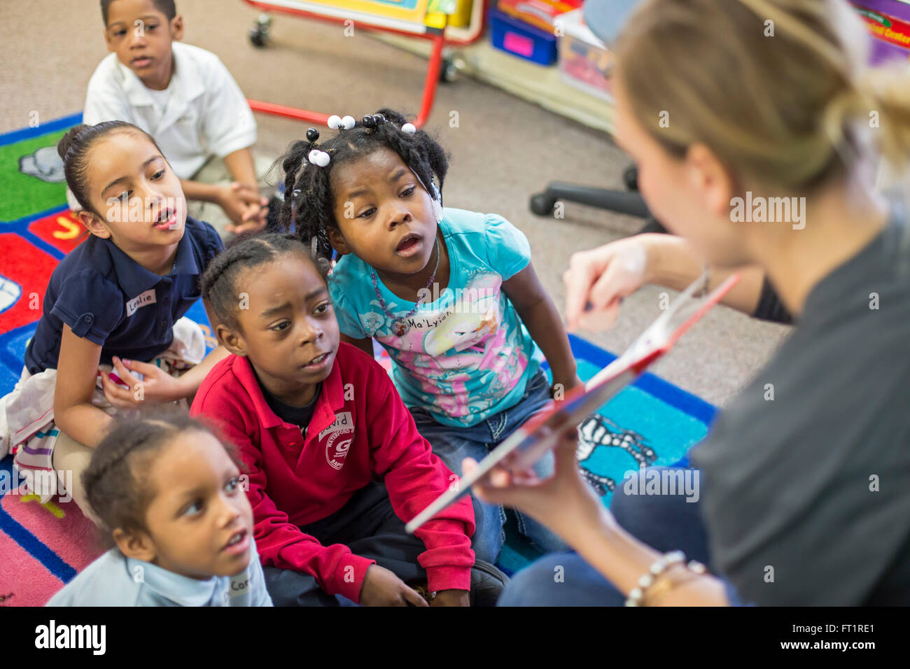 Pontiac, Michigan - Volunteers from Fiat Chrysler read to kindergarten children at Herrington Elementary School. - Stock Image