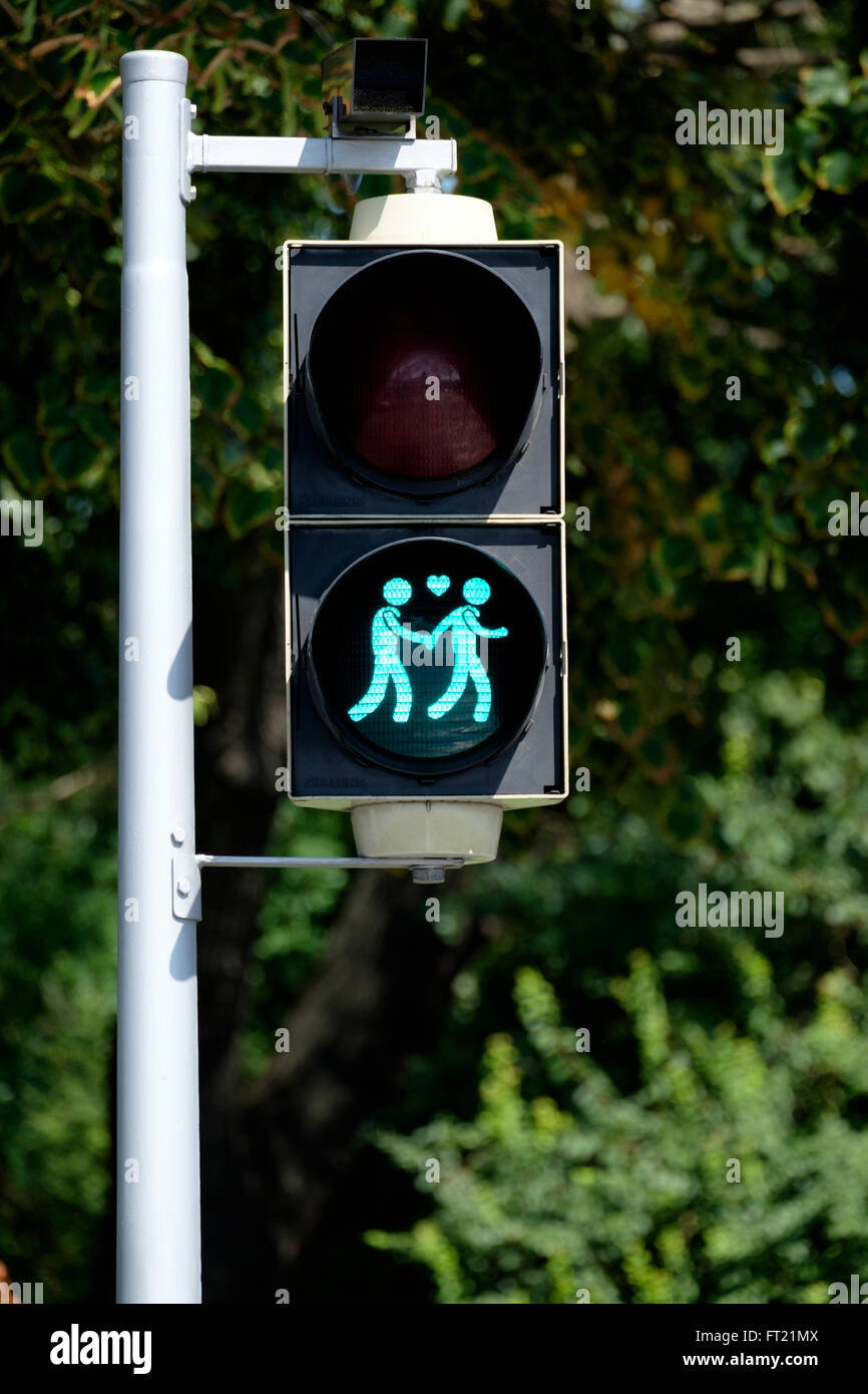 Pedestrian crossing green light with a gay couple - Stock Image