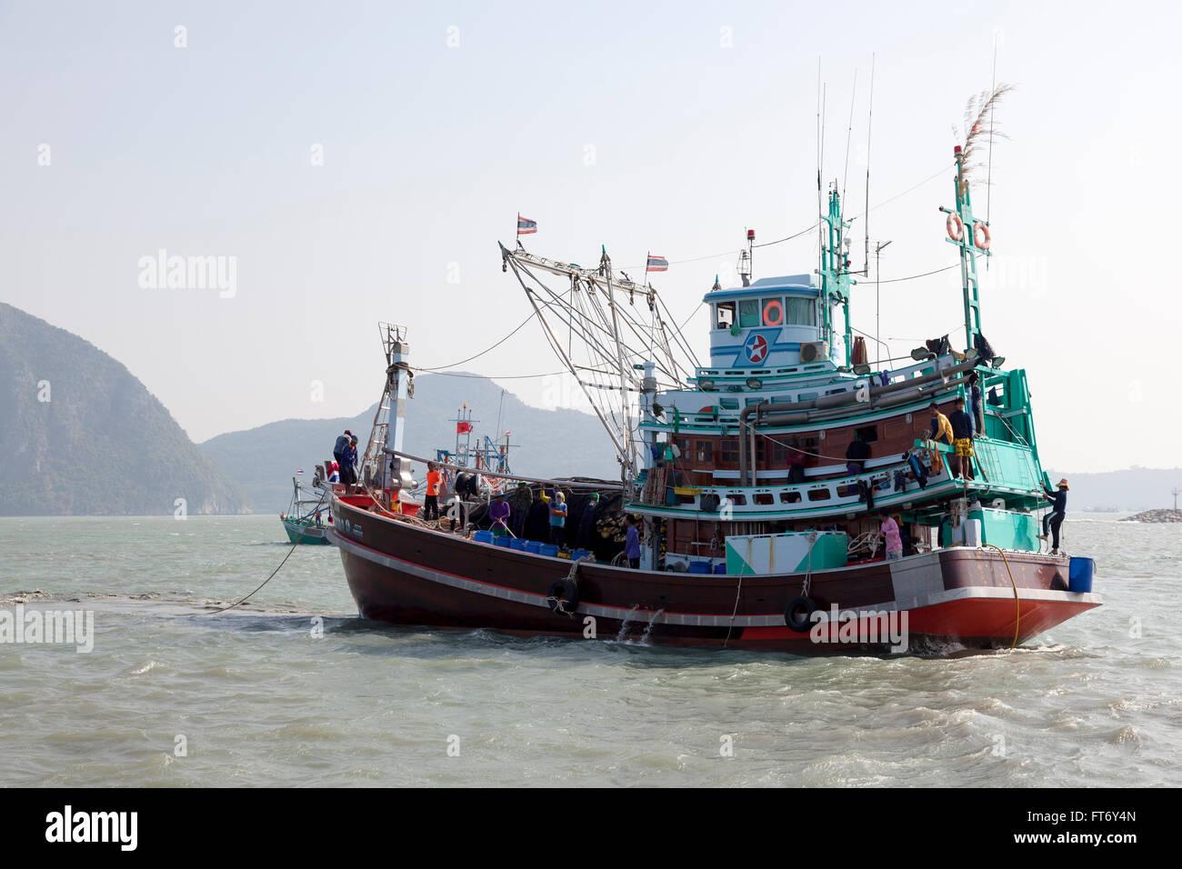 A Thai trawler equipped by lamplights for deep-sea fishing (Ao Khlong Wan - Prachuap Khiri Khan province - Thailand). - Stock Image