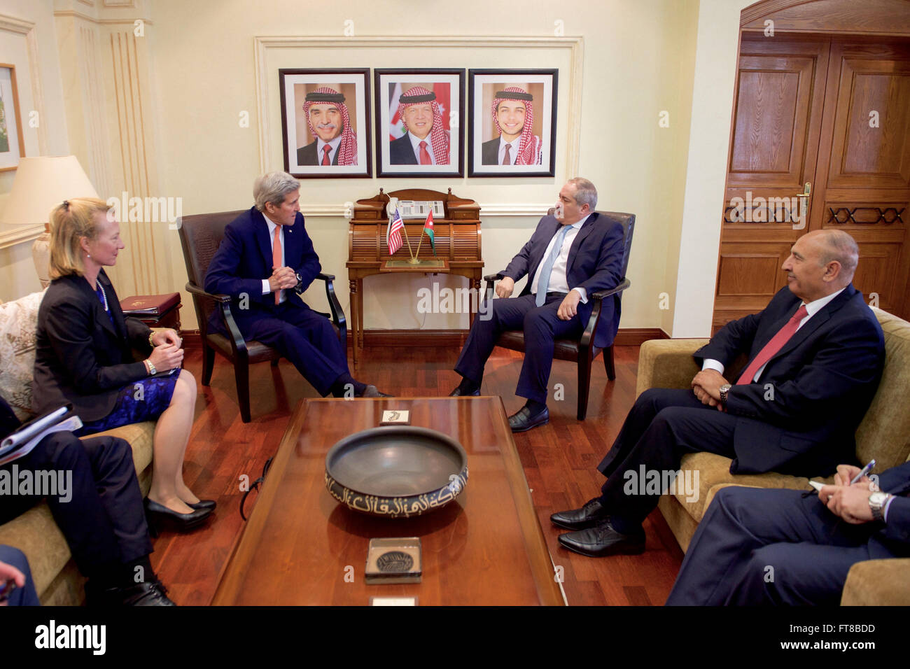 U.S. Secretary of State John Kerry, flanked by U.S. Ambassador to Jordan Alice Wells, sits with Jordanian Foreign - Stock Image