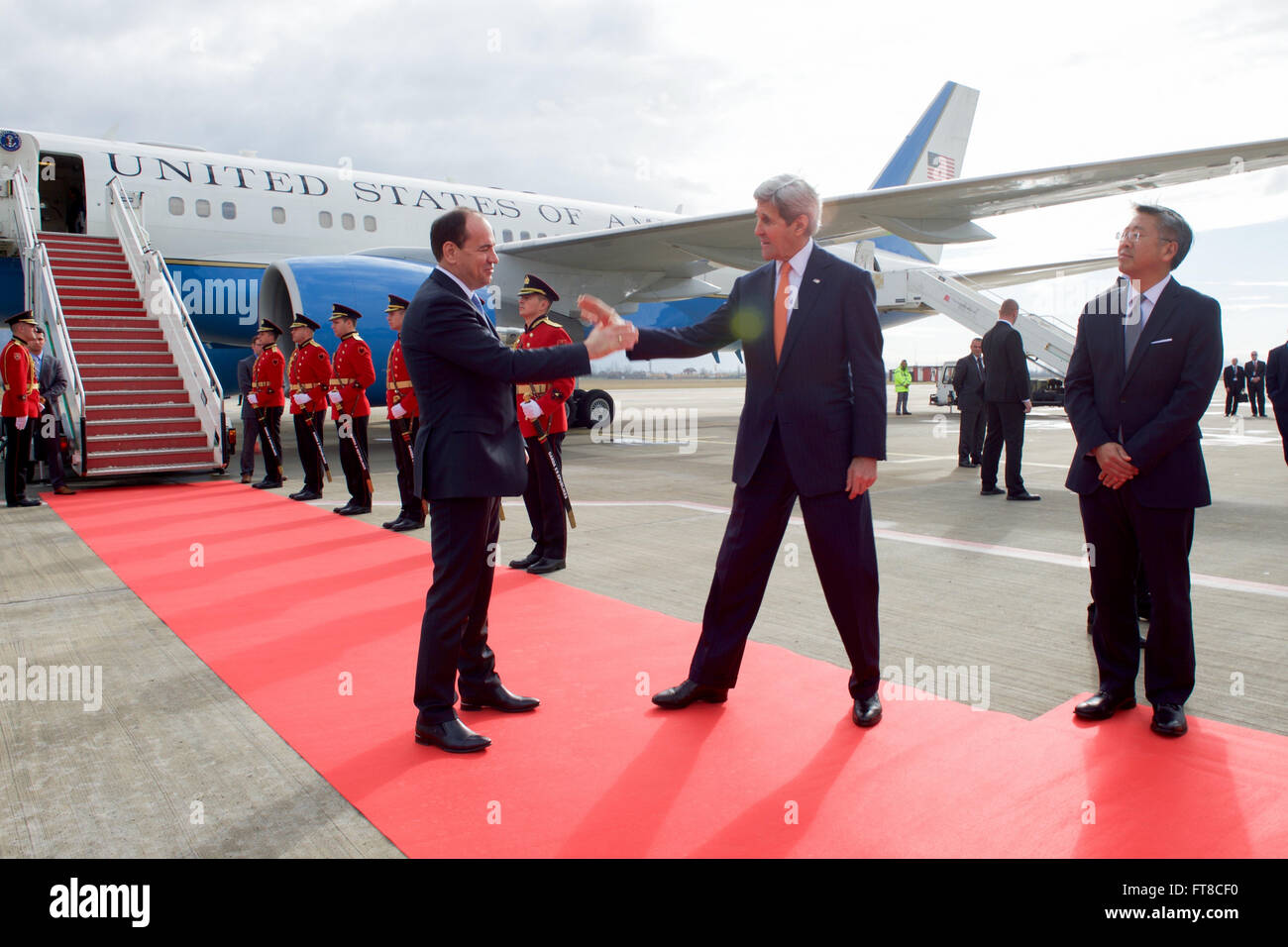 U.S. Secretary of State John Kerry, flanked by U.S. Ambassador to Albania Donald Lu, bids farewell to Albanian President - Stock Image