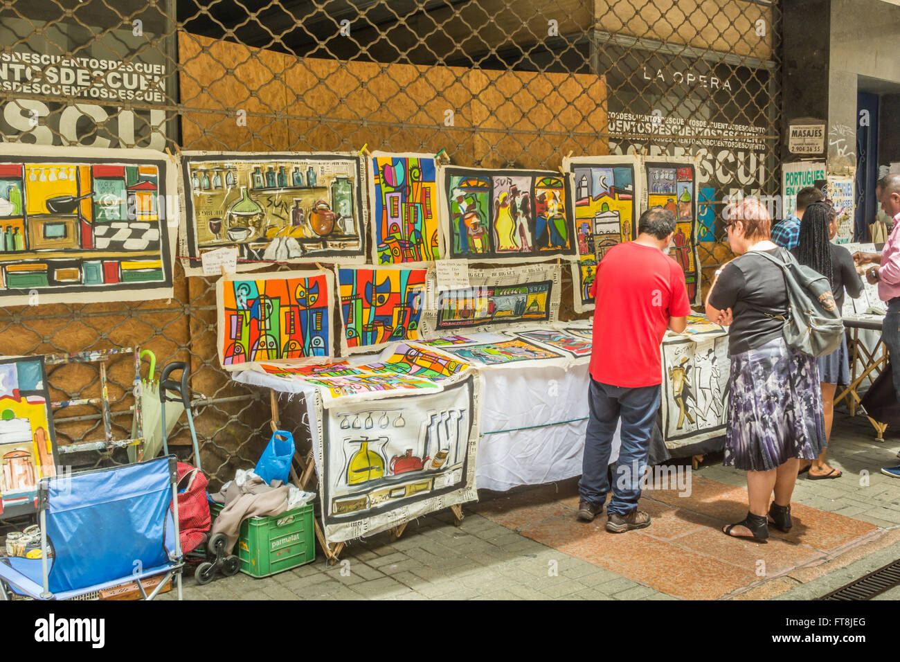 ARTIST SELLING PAINTINGS, MONTIVIDEO, URUGUAY - CIRCA DECEMBER 2015. An artist selling contemporary painting to - Stock Image