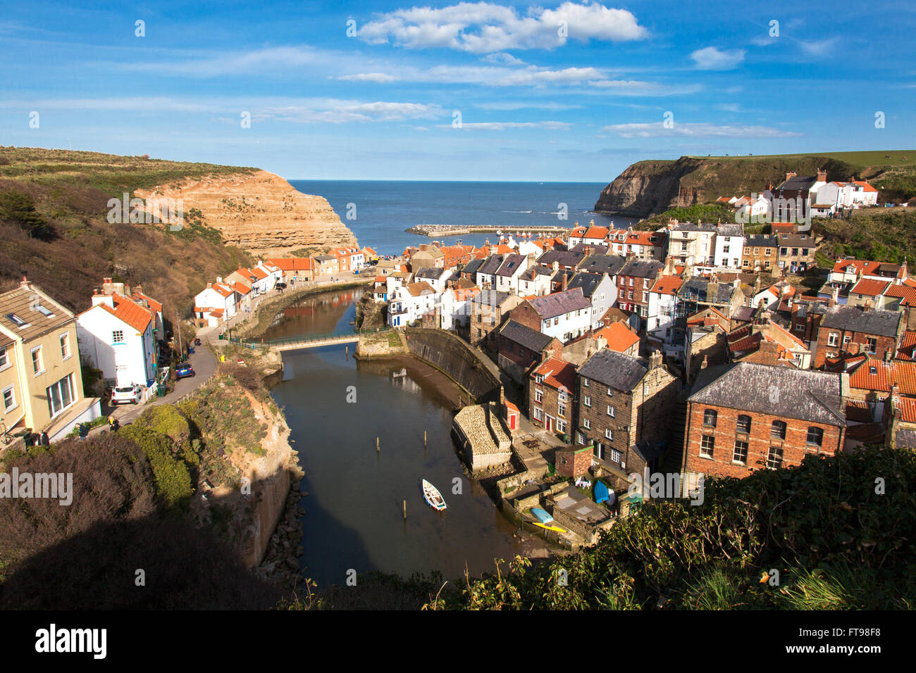 Staithes, North Yorkshire, England, U.K. 25th March 2016. A sunny Good Friday at the start of the Easter weekend - Stock Image