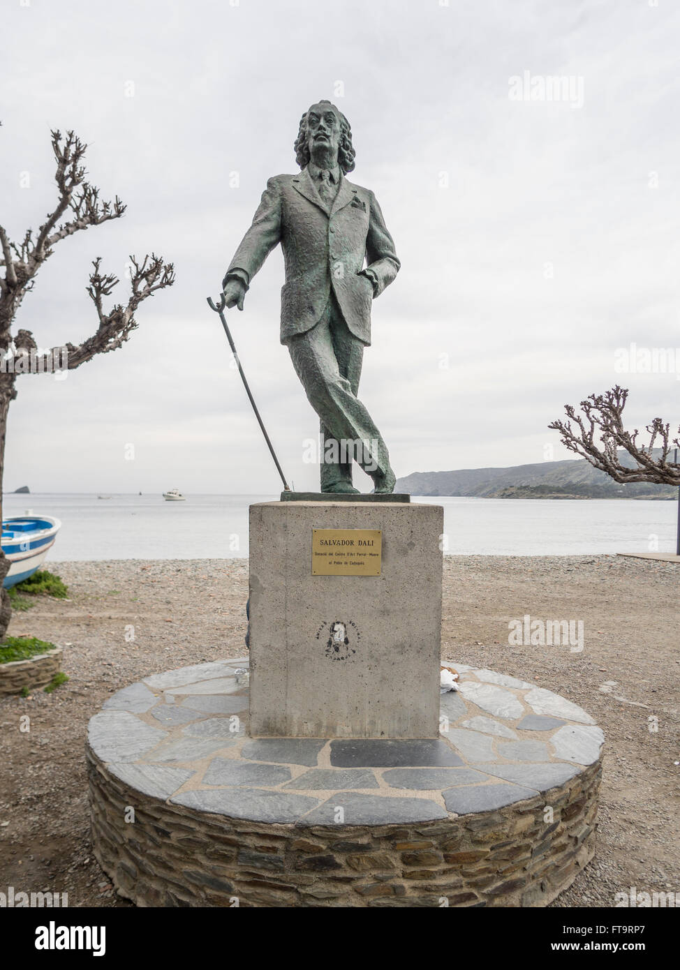 Statue of Salvador Dali on Cadaque Beach. Leaning on his cane a dapper Dali presides over the village beach and - Stock Image