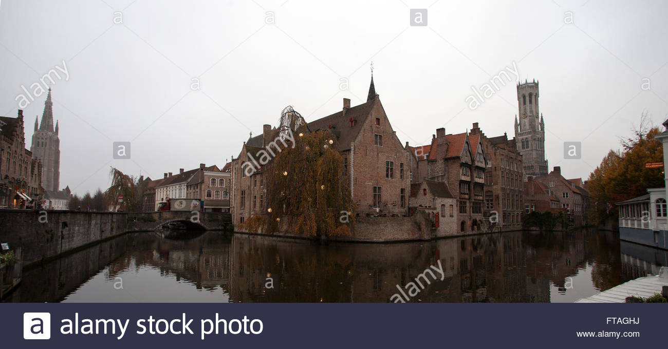 Dawn Groenerei /Dijver canals, (L) The Church of Our Lady (R) Belfort Belfry of Bruges © Linda Dawn Hammond - Stock Image
