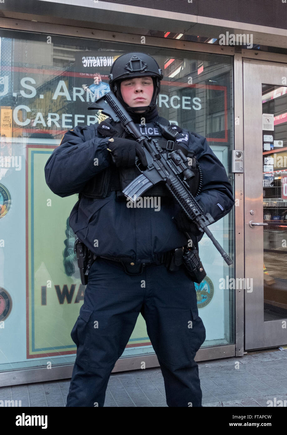 Portrait of a policeman from the NYPD counterterrorism unit patrolling in Times Square, Manhattan, New York City. - Stock Image