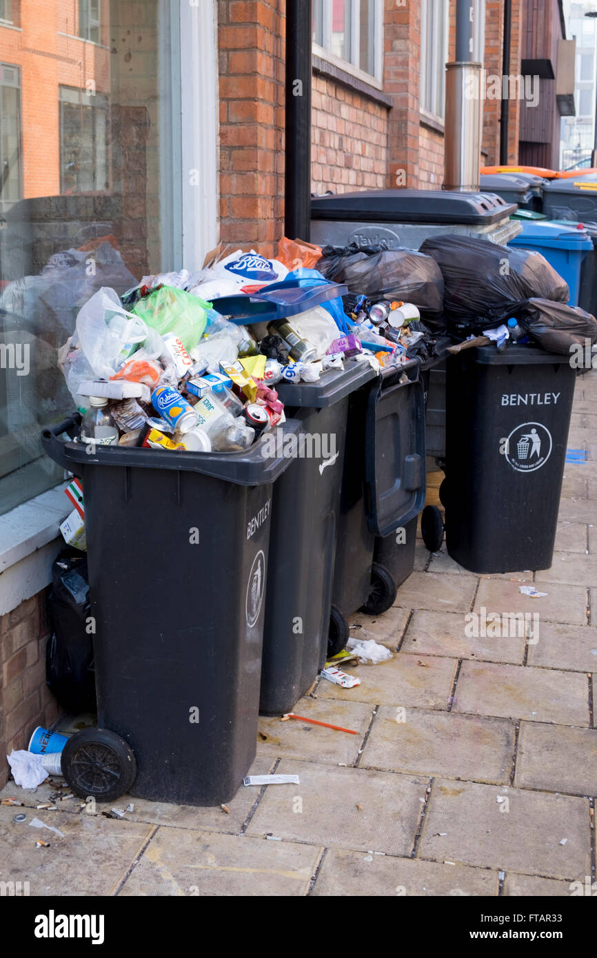 Overflowing rubbish bins in Birmingham, UK - Stock Image