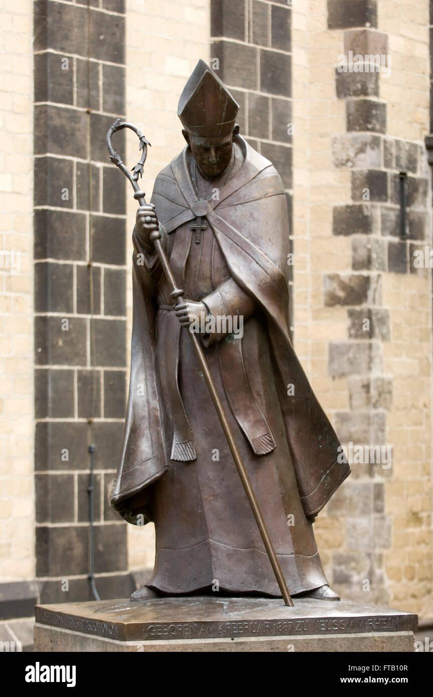 Deutschland, NRW, Neuss, Kardinal-Frings-Denkmal vor dem Quirinusmünster Stock Photo