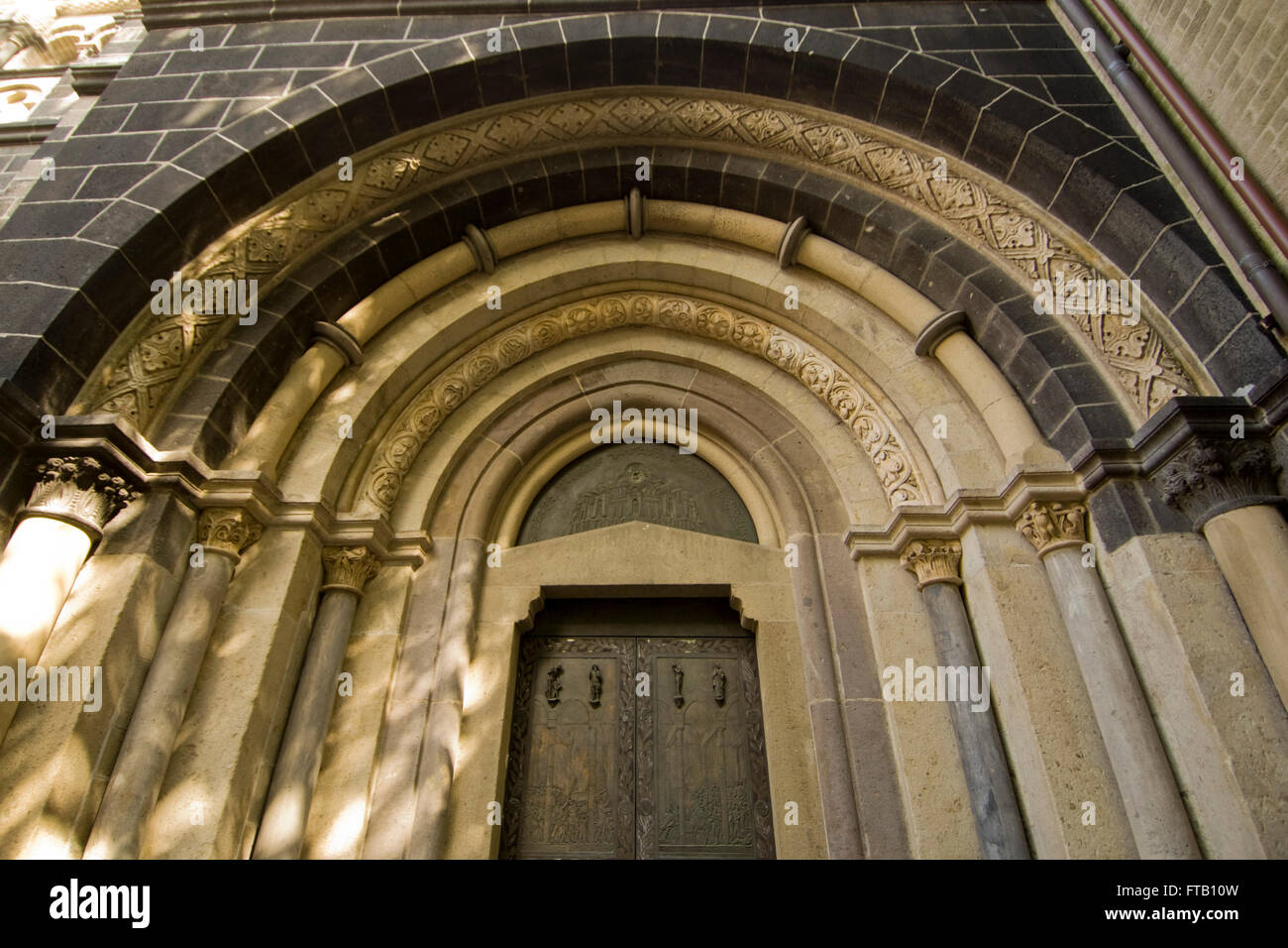 Neuss, Quirinusmünster, eine der bedeutendsten spätromanischen Kirchen am Niederrhein, Südportal - Stock Image
