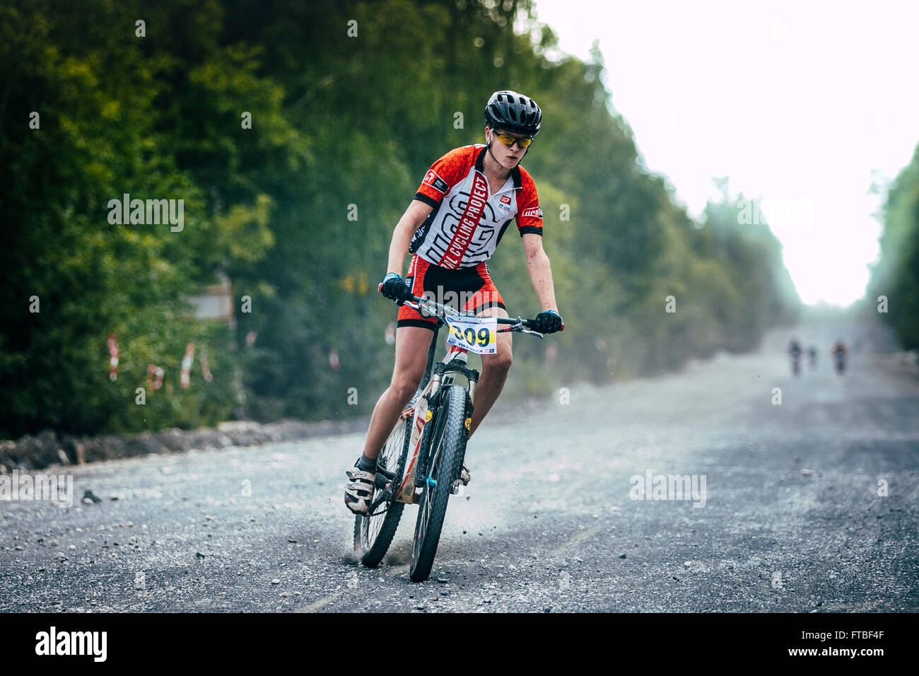 V.Ufaley, Russia - August 09, 2015: braking mountain bikers of the gravel road during race 'Big stone' - Stock Image
