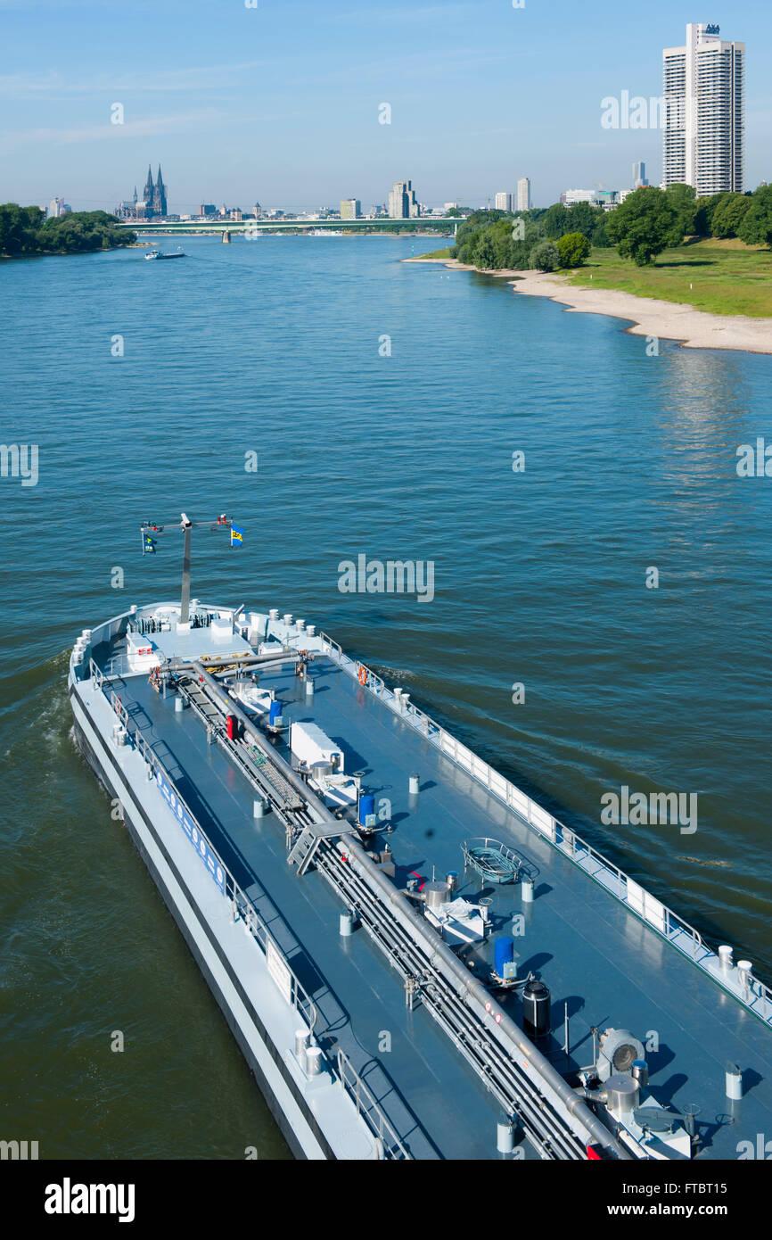 Deutschland, Köln, Blick von der Mühlheimer Brücke über euin Frachtschiff auf das linke Rheinufer und zum Colonia Stock Photo