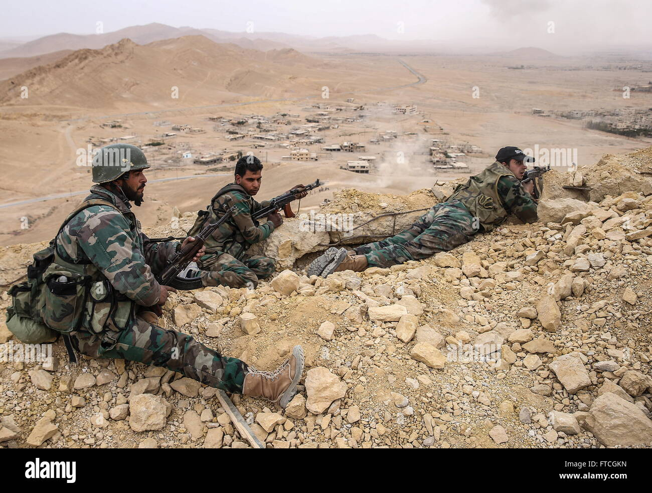 Palmyria, Syria. 26th Mar, 2016. Syrian government army soldiers take a position on top of Fakhr al-Din al-Maani - Stock Image