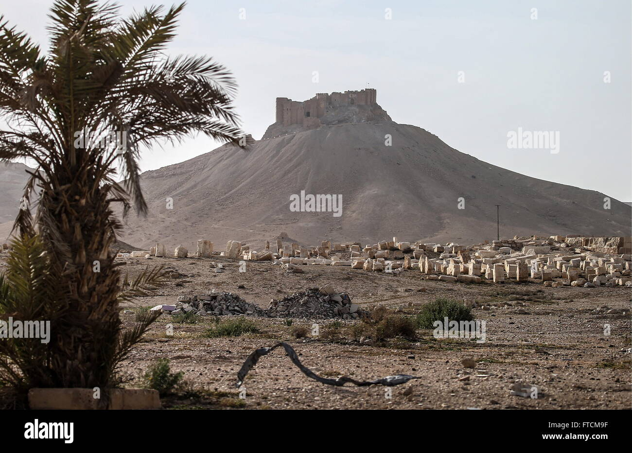 Palmyra, Syria. 27th March, 2016. Ruins in Palmyra, a UNESCO world heritage site, with Fakhr al-Din al-Maani Citadel - Stock Image