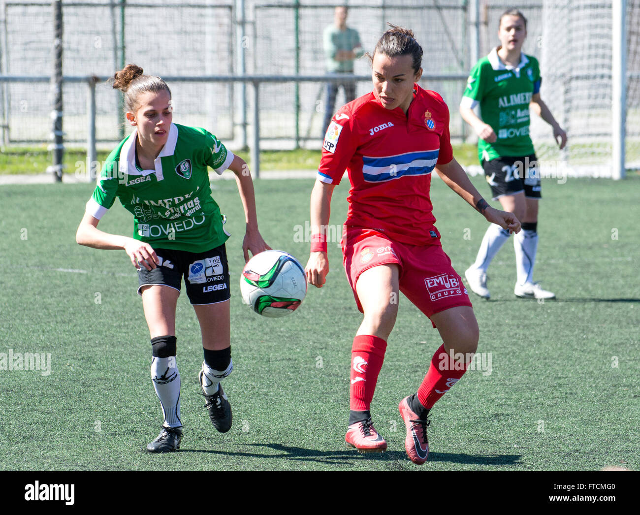 Oviedo, Spain. 27th March, 2016. Anair Lomba (RCD Espanyol) and Yolanda Chamorro (Oviedo Moderno) fight for the - Stock Image