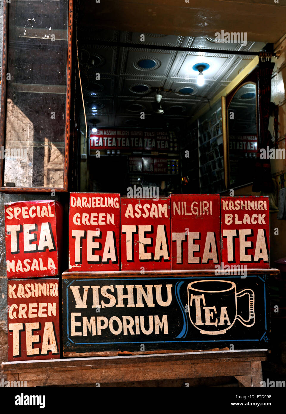 Display of tins containing different kind of tea in a shop in India - Stock Image