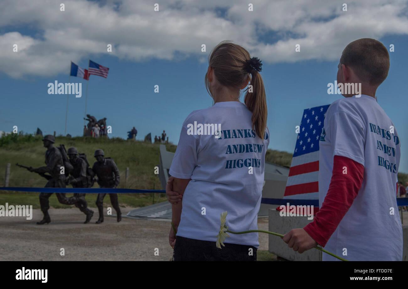 150606-N-QY759-087 UTAH BEACH, France (6 June 2015) Schoolchildren from Sainte-Marie-du-Mont, France look at the - Stock Image