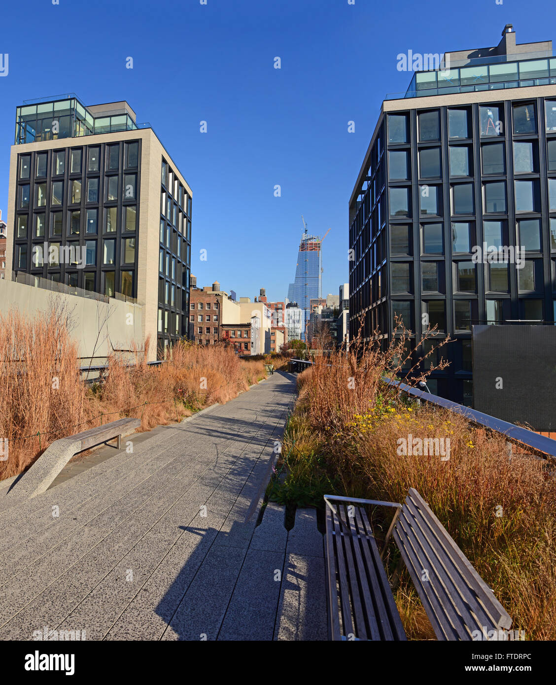 Section of Manhattan's High Line Park trail walking towards The Battery in Autumn. - Stock Image