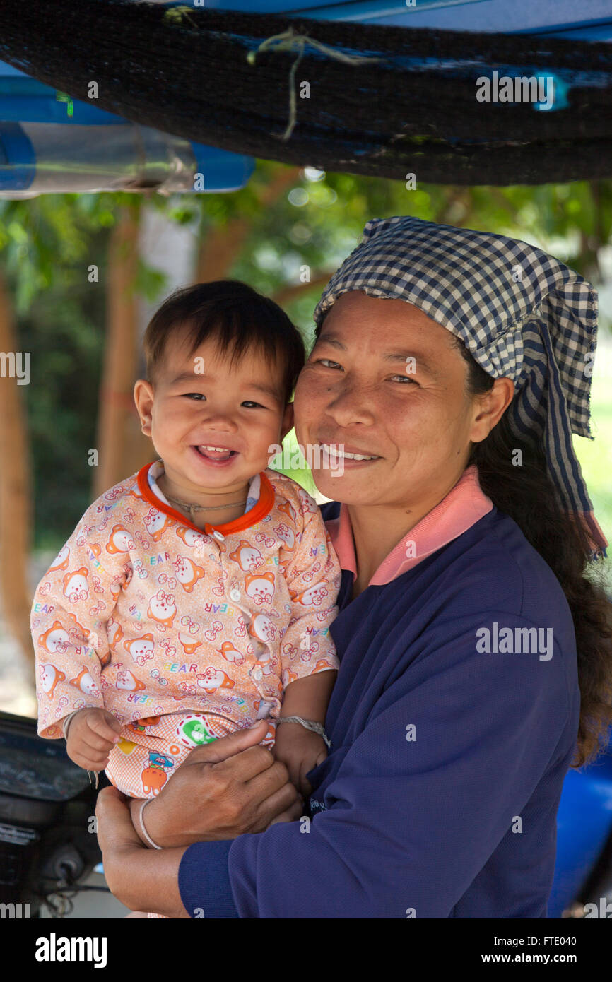 A Thai mother with son (Prachuap Khiri Khan province - Thailand). Mère Thaïlandaise avec son fils (Thaïlande). - Stock Image