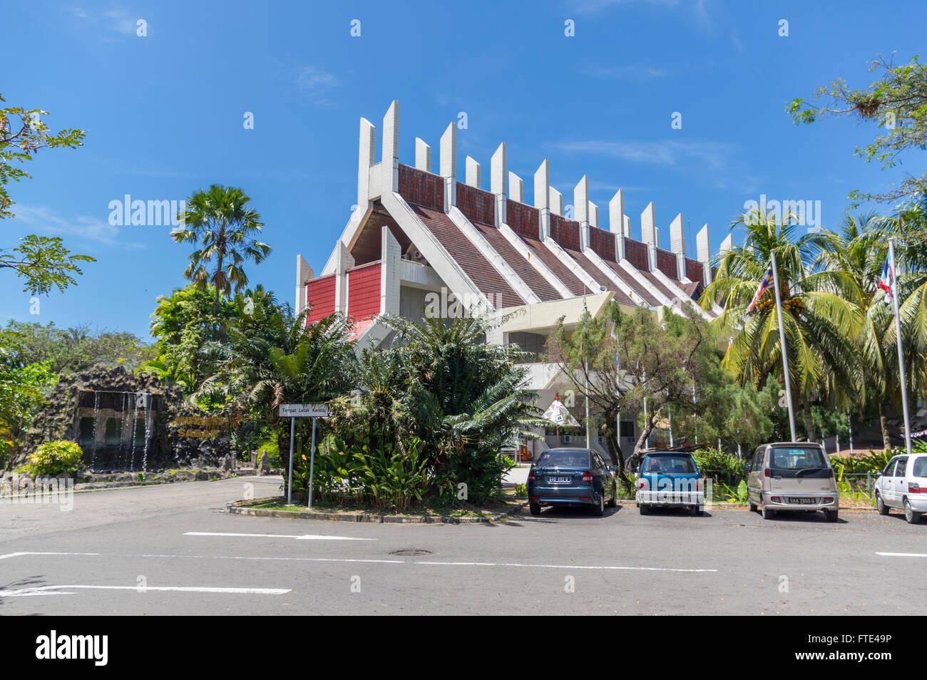 Main building of the Sabah Museum (Muzium Sabah), designed as a traditional Rungus longhouse. Kota Kinabalu, Malaysia. - Stock Image