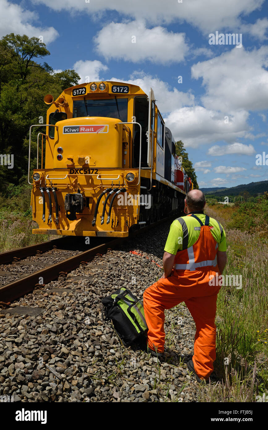 REEFTON, NEW ZEALAND, DECEMBER 21, 2015: An engineer sizes up a Kiwi Rail DX class locomotive diesel-electric locomotive - Stock Image